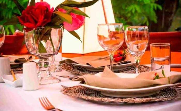 luxury-dinner-table-red-flowers